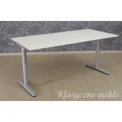 Stół ze szklanym blatem.